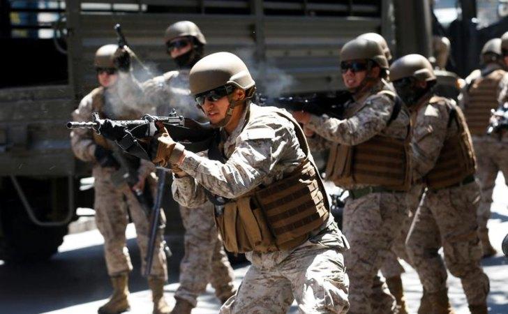 Soldados del ejército de Chile disparan contra los manifestantes / Foto: Reuters