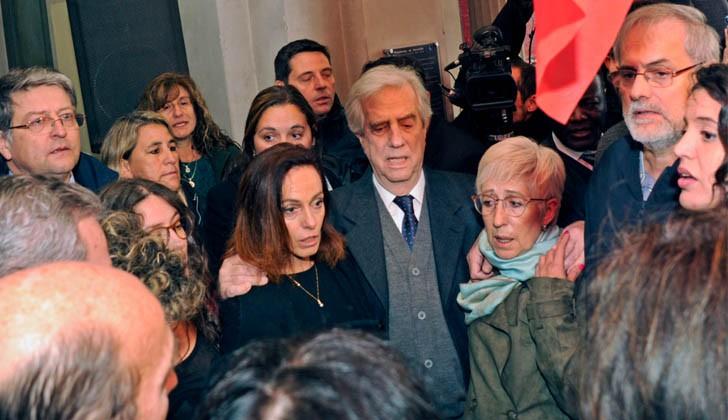 Tabaré Vázquez durante el velatorio de Eduardo Bleier en el Paraninfo de la UDELAR. Foto Presidencia de la República.