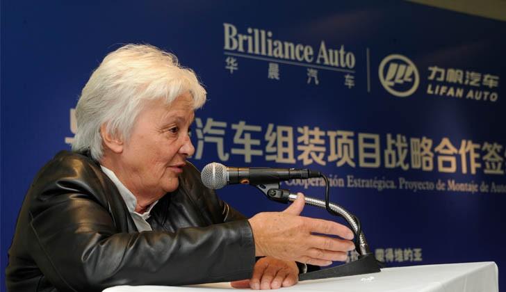 Lucía Topolansky durante la firma del acuerdo entre Lifan Motors y la empresa estatal china Brillance. Foto: Presidencia.