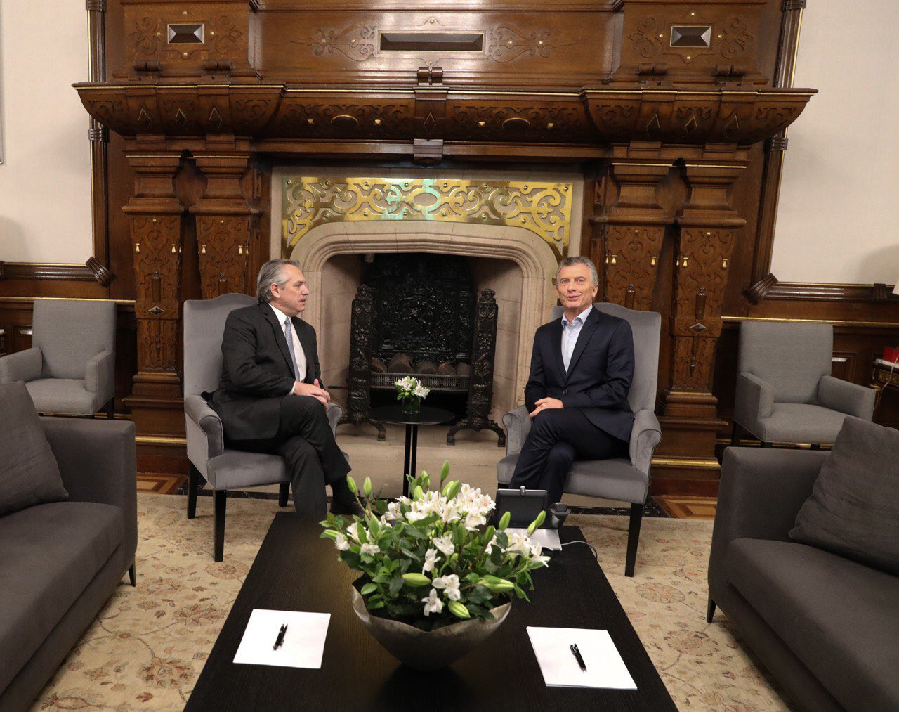 Alberto Fernández (izq) y Mauricio Macri, reunidos en la Casa Rosada, en Buenos Aires. Foto: Twitter / Mauricio Macri