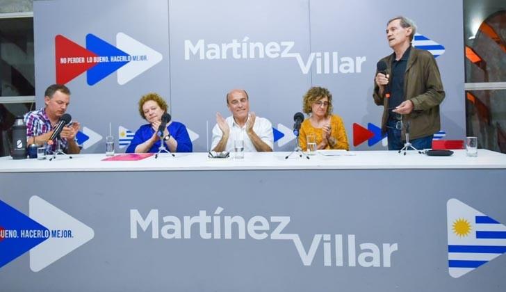 Martínez y su equipo de educación. Foto Twitter.