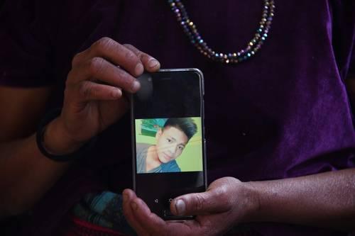 La madre del migrante guatemalteco Carlos Hernández Vásquez muestra en un celular la imagen de su hijo, quien falleció el pasado día 20 estando bajo custodia de la Patrulla Fronteriza. Foto: AFP.