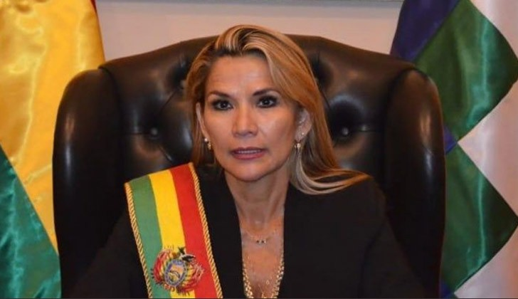 La senadora Jeanine Añez se proclamó presidenta interina de Bolivia. Foto: Twitter.