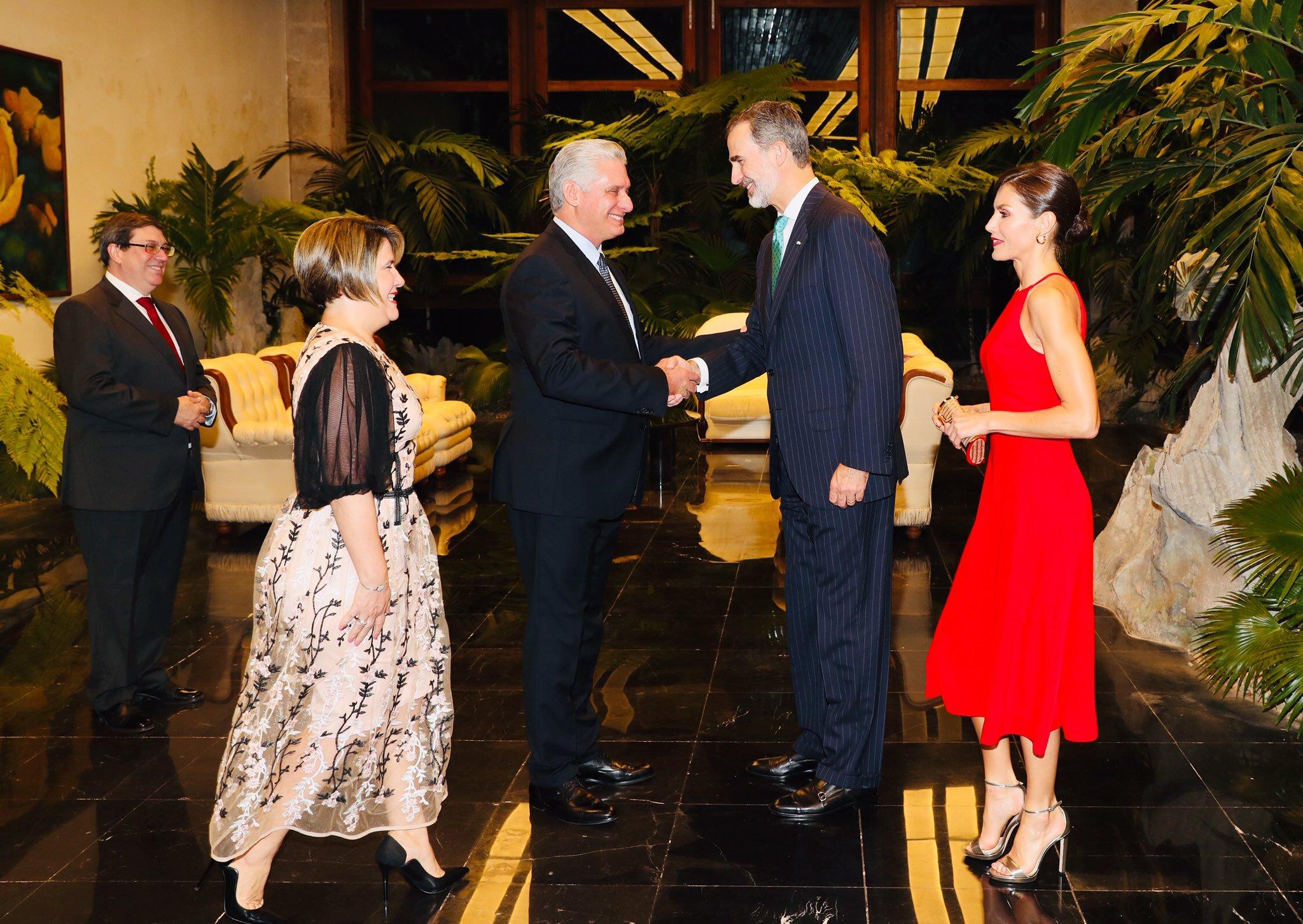 El rey Felipe IV saluda al presidente cubano, Miguel Díaz-Canel. Foto: Twitter / Casa Real Española