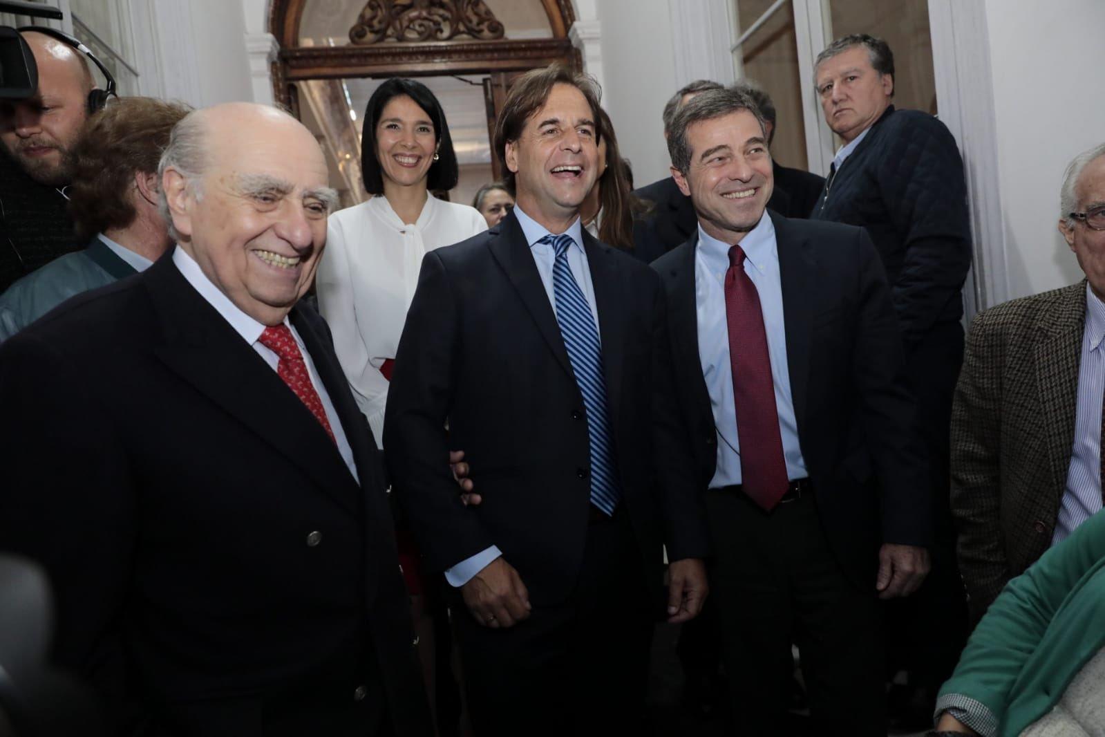 Julio María Sanguinetti (izq) y Ernesto Talvi (der), del Partido Colorado, cuando dieron su apoyo a la coalición multicolor. Foto: Twitter / Partido Nacional