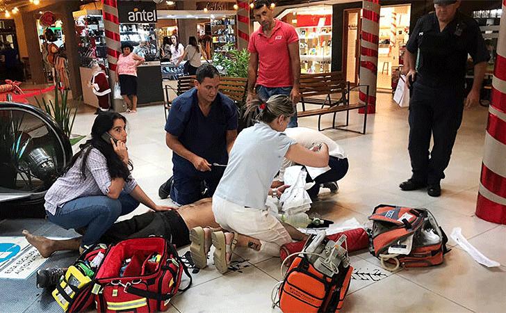 Detenido en el Shopping de Paysandú es atendido por la emergencia médica / Foto: El Telégrafo