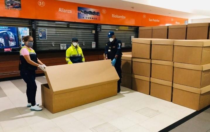 Ataúdes de cartón en Guayaquil para las víctimas del coronavirus