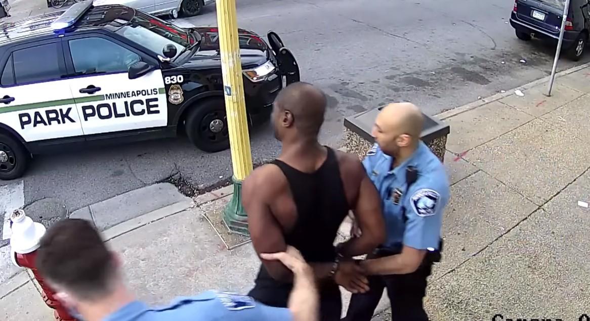 Momento antes de la muerte de George Floyd, cuando fue arrestado sin oponer resistencia.