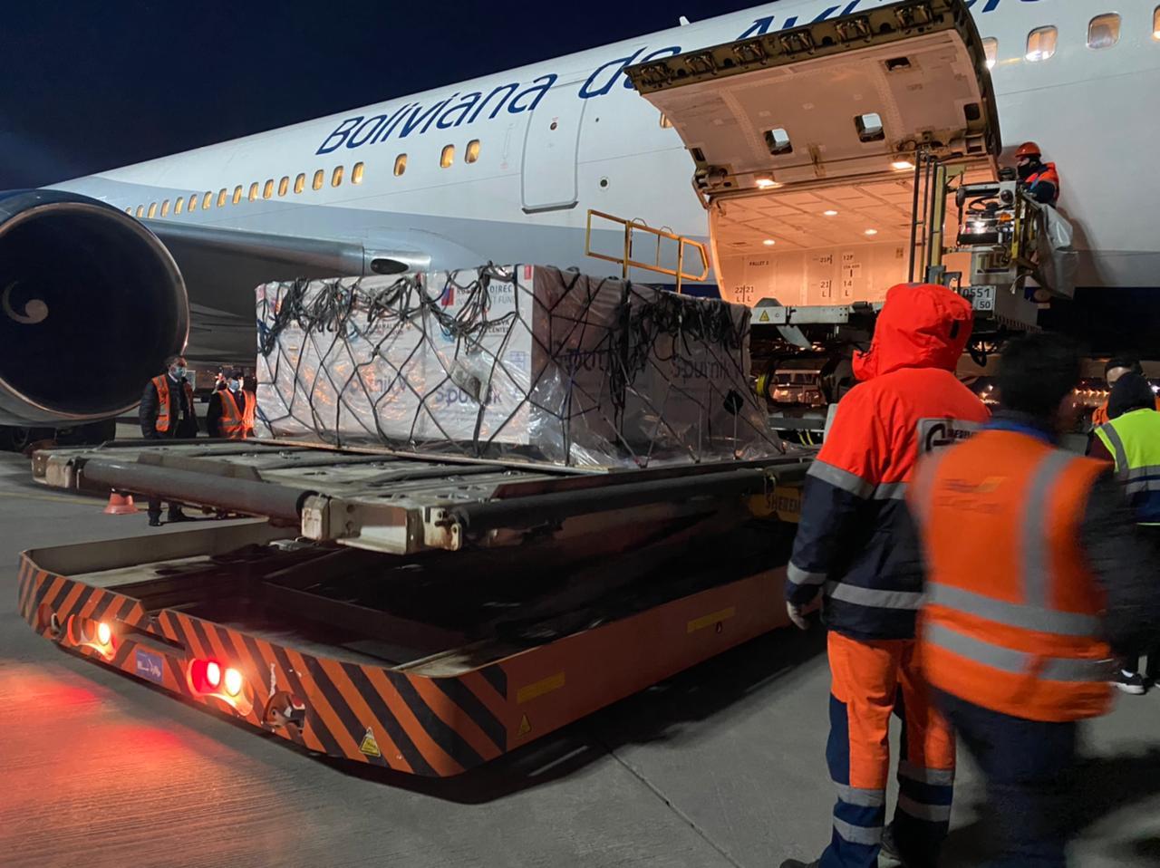 Llegan a Bolivia 200.000 dosis de Sputnik V y Argentina empieza a producirla localmente