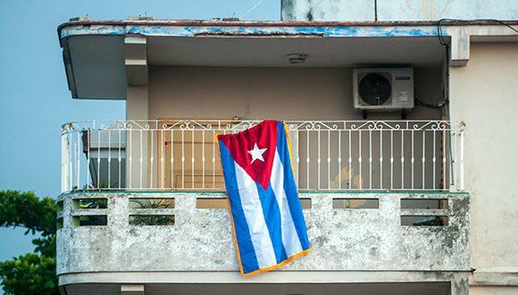 Bandera cubana en portal de vivienda del municipio de Diez de Octubre, en La Habana. Foto: Abel Padrón Padilla / Cubadebate